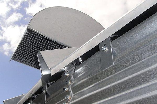 Luftudkast gennem udluftningshætter på taget, samt åbning i tagfod, så luft og kondens ubesværet kan forlade siloen.